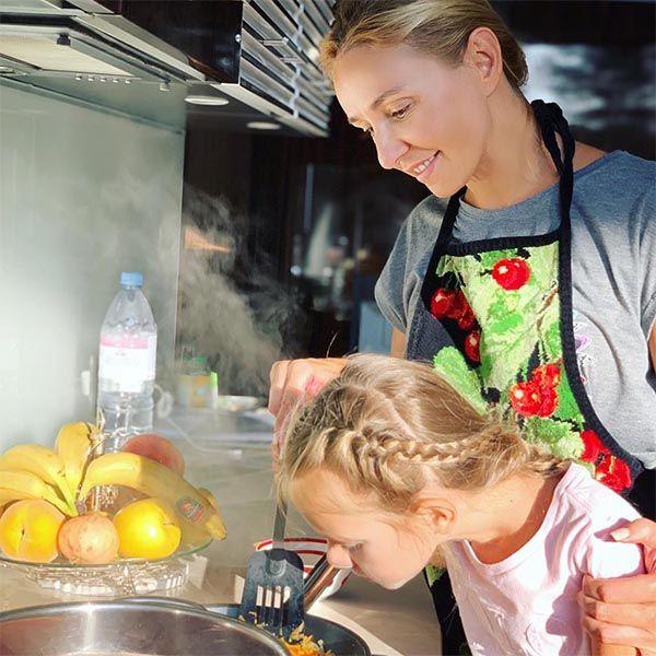 Татьяна Навка научила 5-летнюю дочь готовить борщ