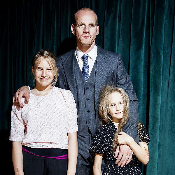 38-летний Юрий Колокольников впервые вышел в свет с подросшими дочерьми