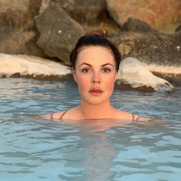 Телеведущая Екатерина Андреева показала, как купается в горячих источниках в Исландии