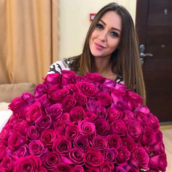 Звезда «Дома-2» Алена Рапунцель похвасталась роскошным букетом роз от жениха Романа Макеева