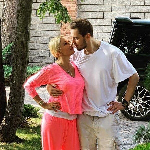 48-летняя Лера Кудрявцева похвасталась семейной идиллией, опубликовав фото с 31-летним мужем