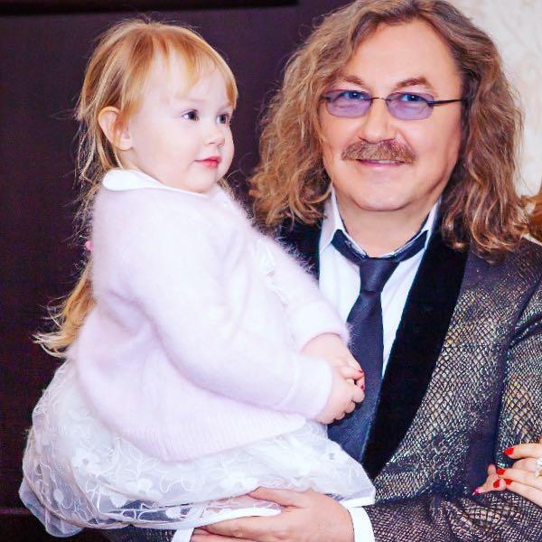 Игорь Николаев опубликовал забавное видео, как 3-летняя дочь раскрашивает его лицо