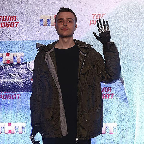 На премьеру сериала «Толя Робот» пригласили парня с бионическими протезами рук, который дублировал Александра Паля