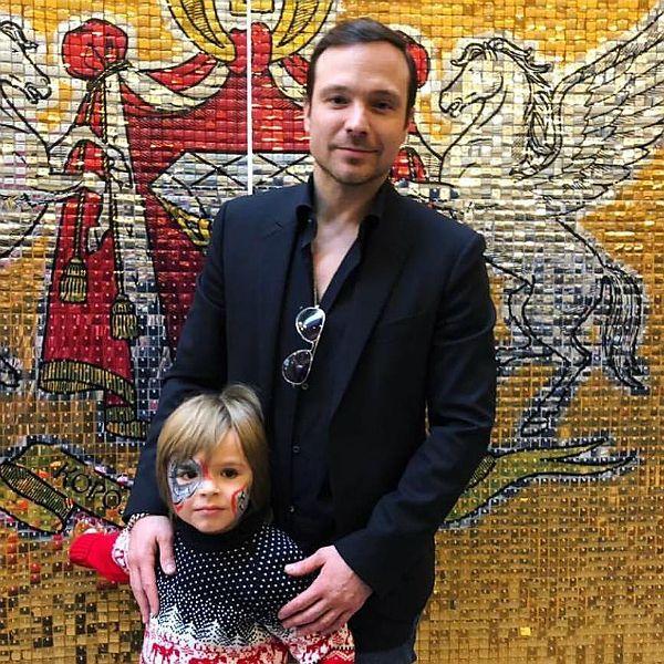 Алексей Чадов опубликовал видео, как его 5-летний сын водит машину
