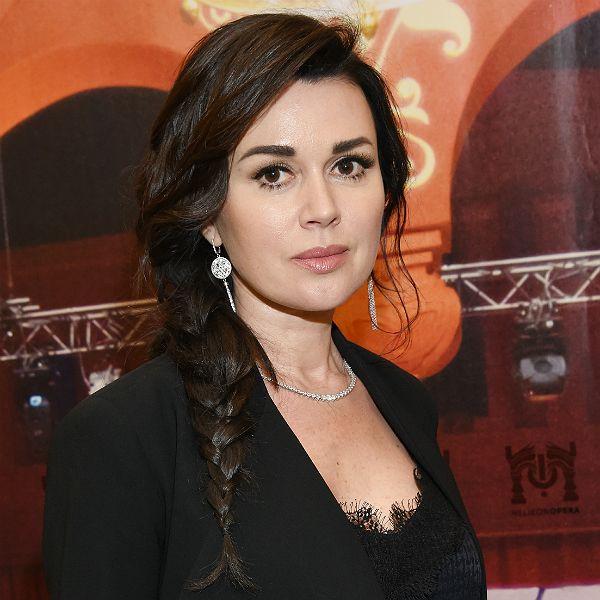 Директор Анастасии Заворотнюк заявила, что у актрисы есть шансы на выздоровление от рака мозга