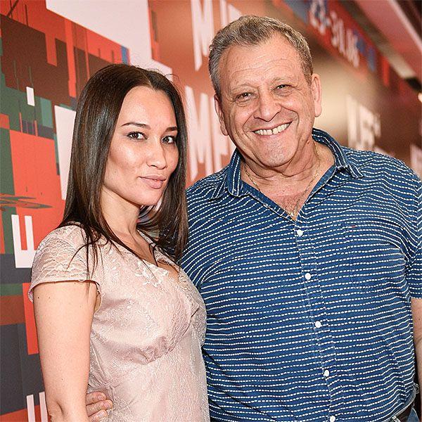 Заметно располневший 70-летний Борис Грачевский вышел в свет с молодой женой
