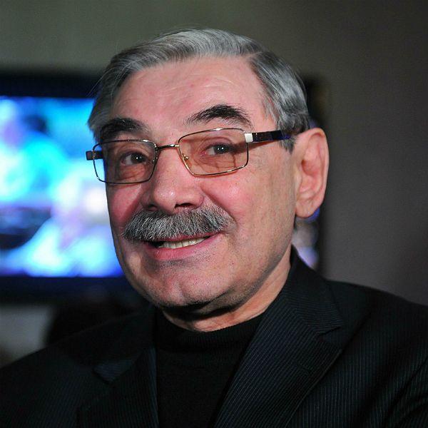 69-летнего Александра Панкратова-Черного сняли с рейса за просьбу налить 100 граммов водки