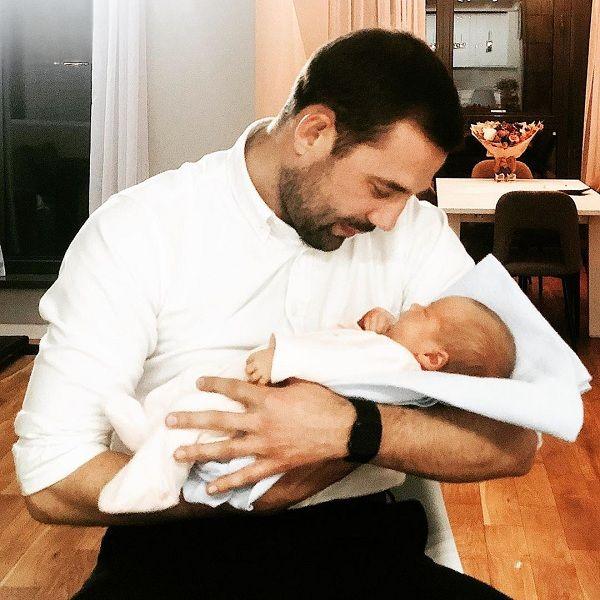 Экс-участник шоу «Замуж за Бузову» Валентин Коробков впервые показал дочь бывшей жены во всей красе и рассекретил имя новорожденной