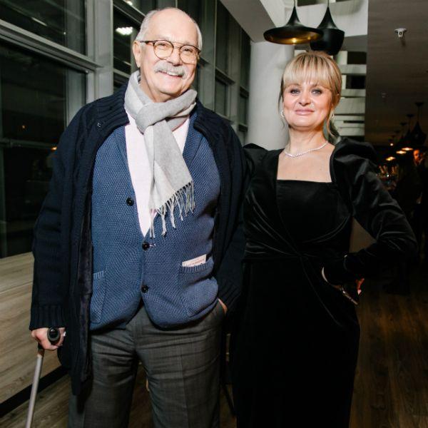 74-летний Никита Михалков пришел с тростью на премьеру фильма «Давай разведемся!», главную роль в котором сыграла его старшая дочь Анна