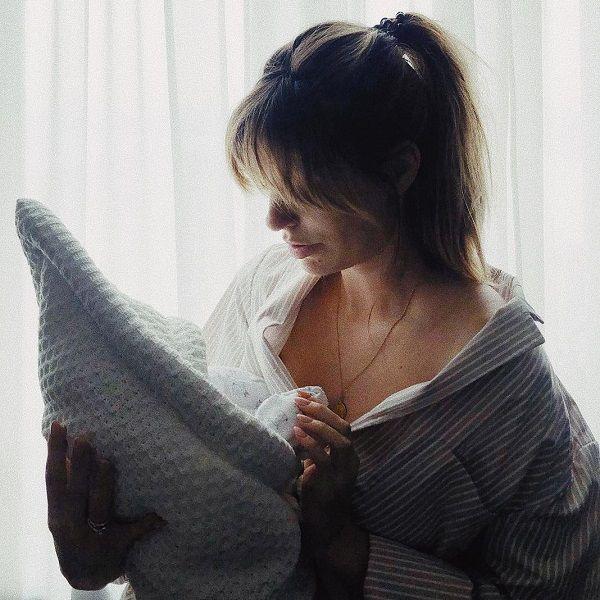35-летняя Саша Савельева впервые показала новорожденного сына