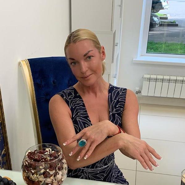 Анастасия Волочкова отметила 10 месяцев отношений со своим возлюбленным, которого скрывает