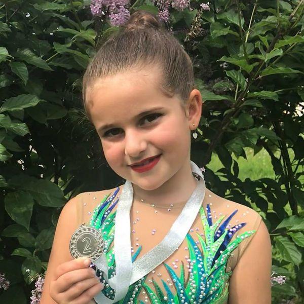 7-летняя дочь Жасмин заняла второе место на соревнованиях по художественной гимнастике