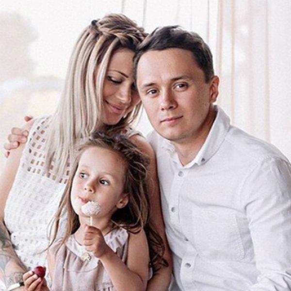 Звезда Comedy Club Илья Соболев запугивает своих дочерей ремнем