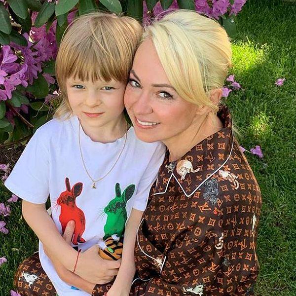 Яна Рудковская и Евгений Плющенко пригласили в дом батюшку, чтобы изгнать пугающего их сына полтергейста