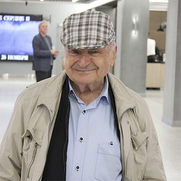 85-летний Михаил Жванецкий впервые вышел в свет после травмы
