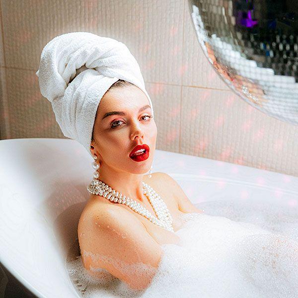Анна Седокова снялась без одежды в ванной в своем новом клипе «Санта-Барбара»