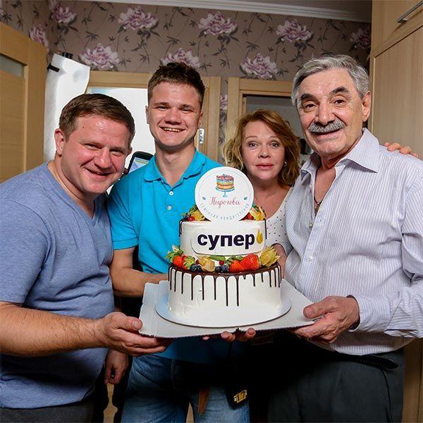 Александра Панкратова-Черноого поздравили с юбилеем на съемках сериала «ИП Пирогова»
